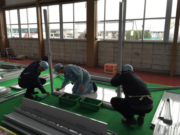 まずは第一班が小屋を組み屋根を載せる所まで。
