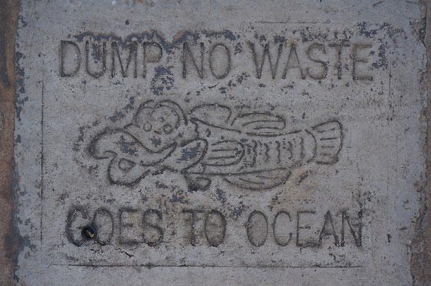 ハワイの歩道にある排水溝に書かれた可愛いメッセージ!