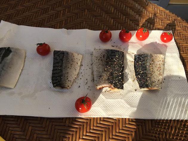 今回薫製にしたのは塩鯖。トマトは息子が冷蔵庫からもって来ました。