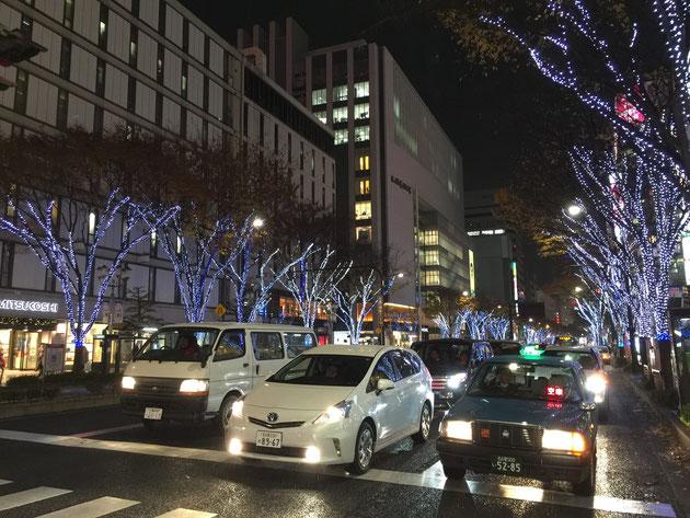 栄三越の東側。大津通りは青色のLEDで。電飾された街路樹のケヤキにはまだ葉がついている。