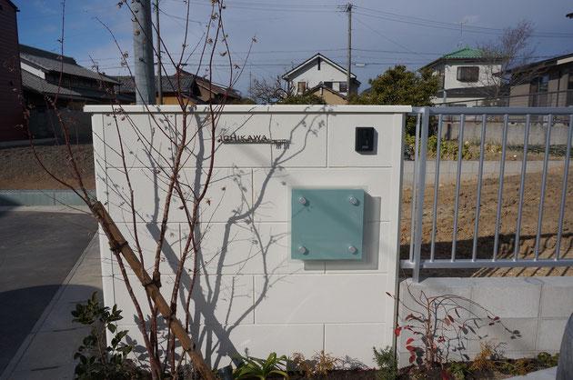 冬になると境界部分に立てた塀の前に植えたイロハモミジの影がうつる