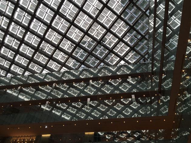 各階の手すりの部分もガラスで出来ている為、天井のガラスが映り込む。そのため天井がどこまでも続いて行くようなデザインに見える。