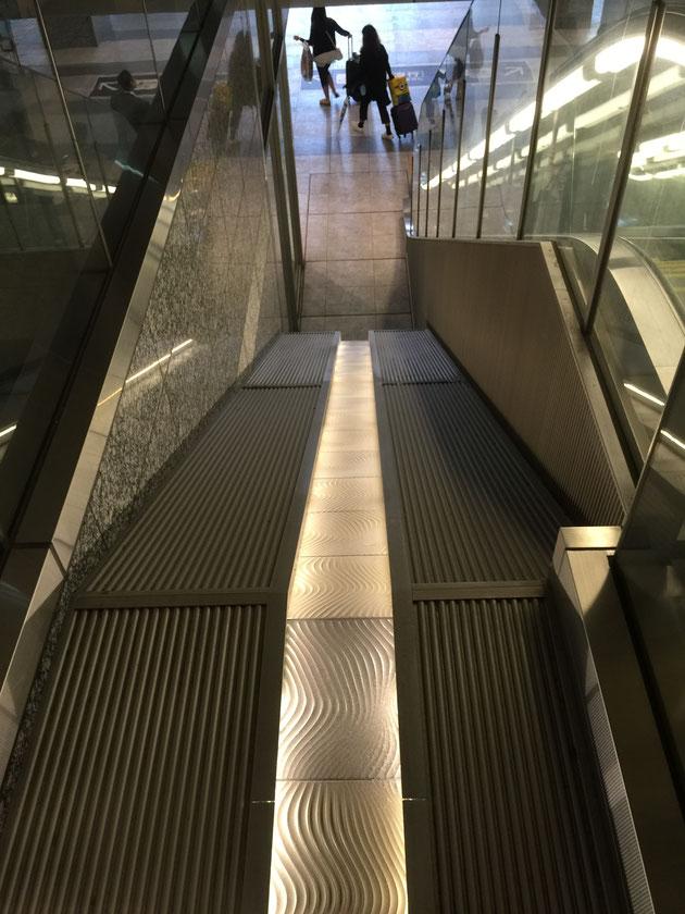 大阪駅にあったタイルのライトアップ。エスカレーター横の空間がオシャレに豪華に見える。