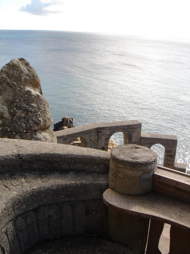 海に面した劇場。音響がカギになる気がしますね・・・・風が凄いと聞こえないもんね。