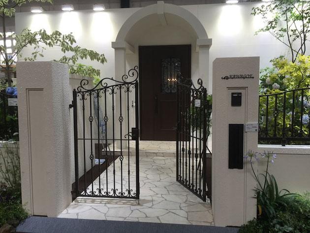 YKKさんの鋳物門扉。良いデザインですね!!!