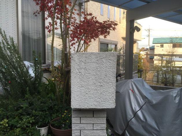 右から左へブロックの頭頂部に傾斜を付けて雨だれを門塀の裏に流す様にしている。