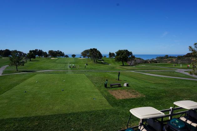 青い空に緑のグリーン。その向こうには海まで見える。なんていい所なんだ!