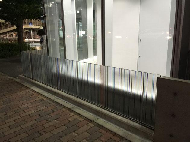 名古屋の中心を歩いていたらこんな面白いガラスのフェンスを発見!