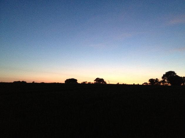 日没頃のイギリス 歩いてパブへ行くところ