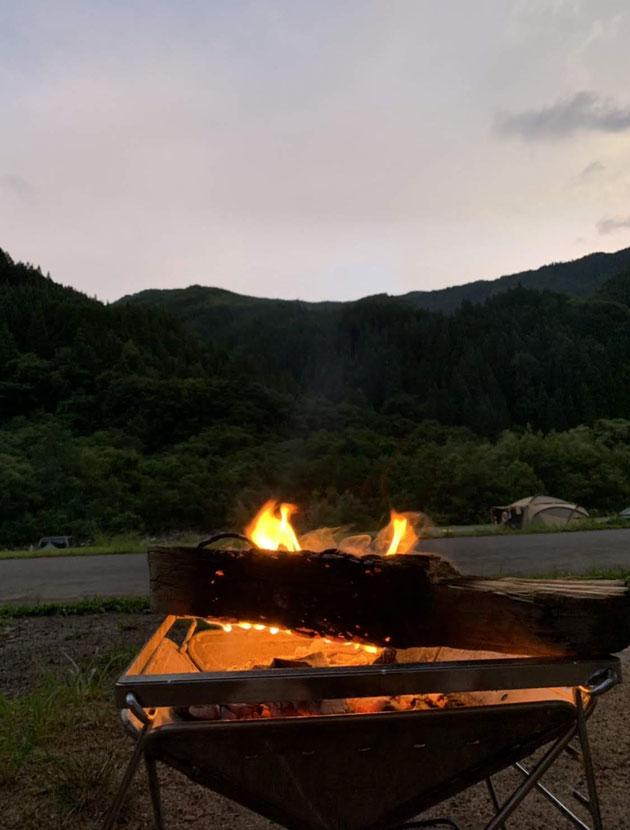 ゆっくりと日が落ちるのを眺めながら焚き火を眺める。