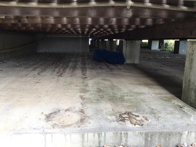 デッキの下がコンクリート仕上げの写真