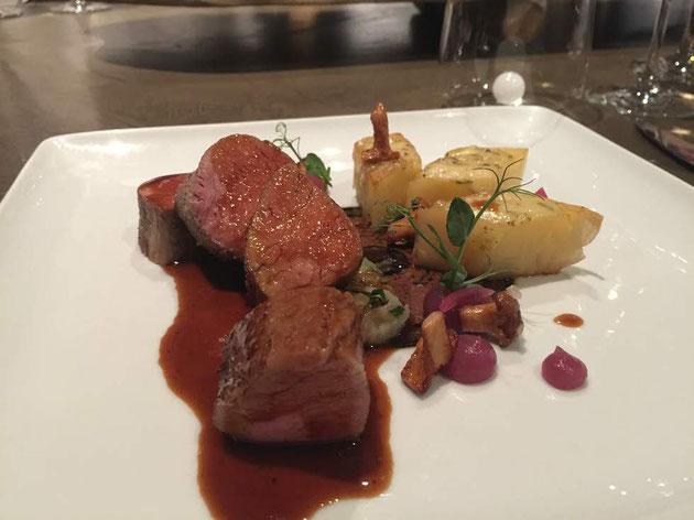 メインの肉料理!最高に柔らかい上品な味。でもお肉なのでがつんと美味い。
