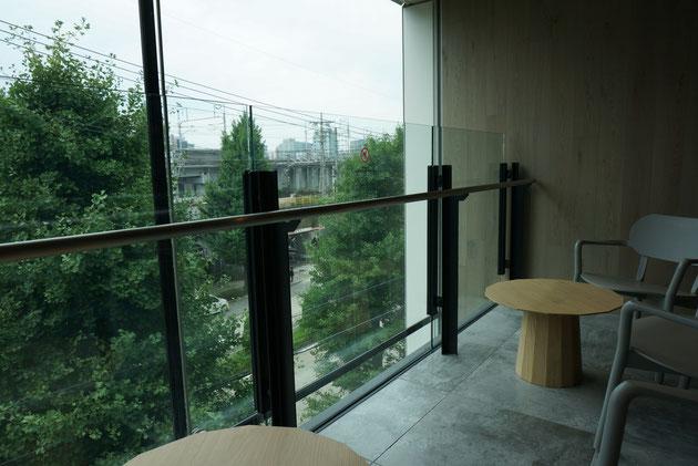 LIXIL名古屋ショールームは名古屋駅へ続く線路沿いにある。その線路に面した場所が一望できる場所にカフェがある。