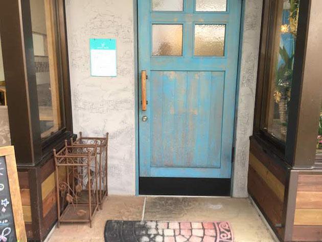庭カフェさんの扉は屋根と同じスカイブルー!