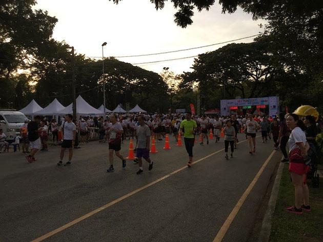 HIVのチャリティーマラソンに参加しているタイの人々!