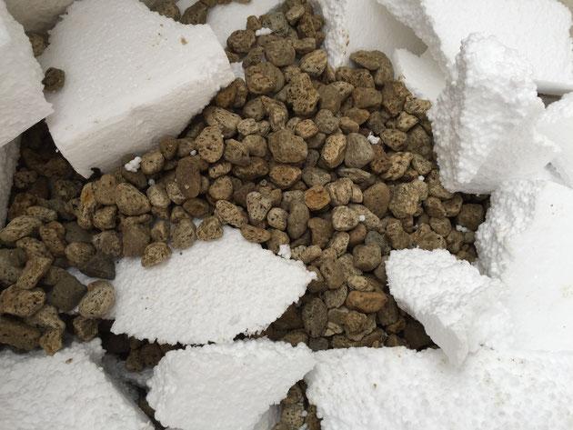 鉢底石を入れて発泡スチロールの隙間を埋めていきます。