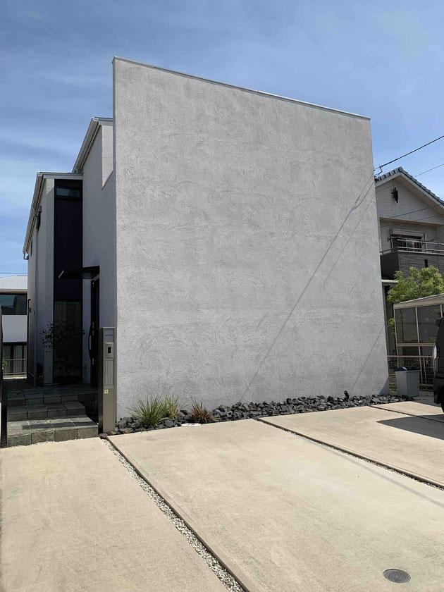 Before 植栽工事前。新築当初からこのような家がよく目立つエクステリアデザインでした。