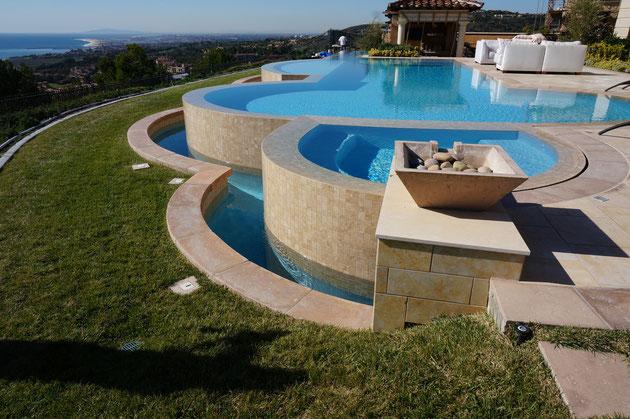 最高のプール!!!芝生にもちゃんと自動灌水入ってますよ!!!