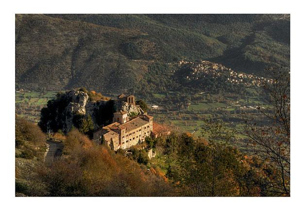 """SANTUARIO DI MENTORELLA. Sotto, il paese di Pisoniano da cui parte il Sentiero dei Pellegrini """"K. Wojtyla"""""""