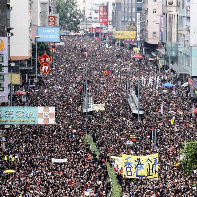 Hong Kong, d 16. juni 2019: Op til 2 millioner af ialt 7,5 millioner indbyggere demonstrerer mod Kinas snigende overtagelsesforsøg af byen