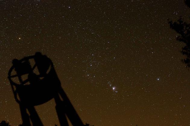 """16"""" Eigenbauteleskop vor Orion, fotografiert mit einer selbst gebauten Reisenachführung"""