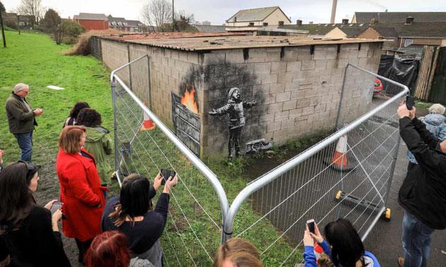 昨年12月にポート・タルボットに描かれたバンクシーの作品。『ガーディン』紙より。
