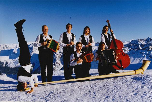 Huusmusig Kollegger 1980, v.l. Thomas (im Kopfstand), Papa Heiri, Andy, Beat, Bernadette, Monika und Irene.