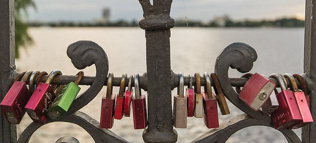 Verschlüsselung - Liebesschlösser an der Schwanenbrücke in Hamburg
