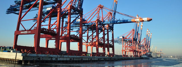 über ITEE - Kräne im Hamburger Hafen
