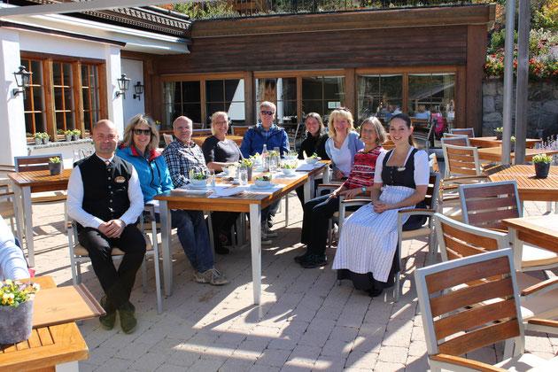 Die gut gelaunten KursteilnehmerInnen und das charmante Servierpersonal des Hotels Hornberg: Melanie und Ettore!