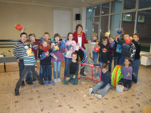 """Die Vorsitzende des Fördervereins Okka Georgs kommt zu uns in den Aulakreis als """"Nikolaus"""" mit vielen neuen Spielgeräten für die aktive Pause."""