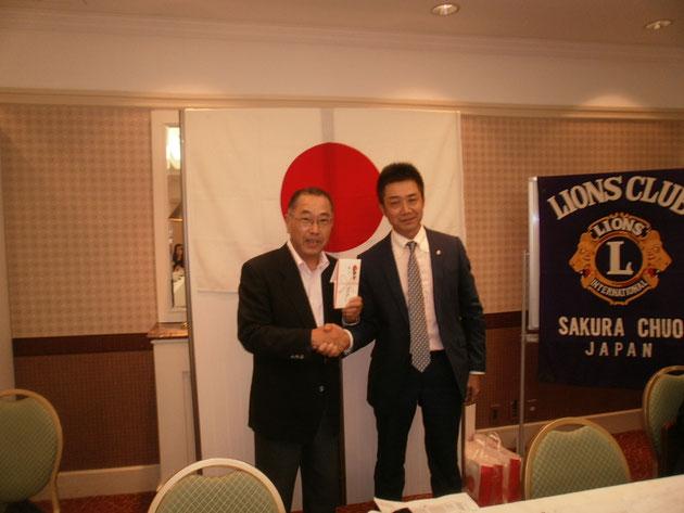 佐倉中央ライオンズクラブ大崎隆一会長より事業費の贈呈を受ける。