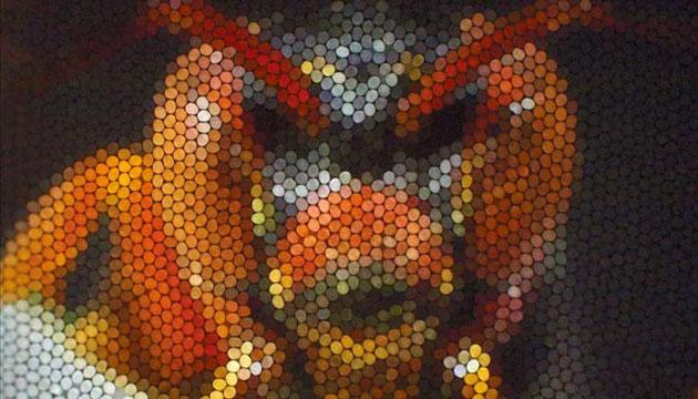 Une tête de guêpe, telle que pourrait la voir une autre guêpe, dont les yeux sont composés de nombreux éléments indépendants.