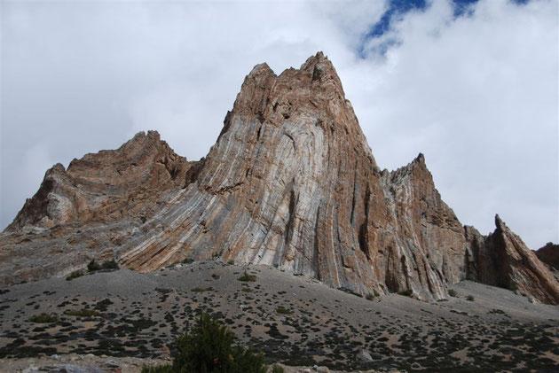 Plis dans la roche d'une montagne d'Asie. Sources: http://benjaminlebayon.blogspot.fr/