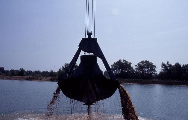 Extraction de granulats directement dans le lit d'une rivière par dragage.