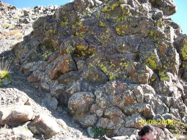 Roches présentes dans certaines chaines de montagne: les basaltes en coussin. Sources: http://chelli.unblog.fr/files/2008/11/10001951.jpg