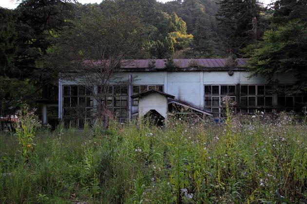旧神子畑小学校には体育館とグランドが残る。