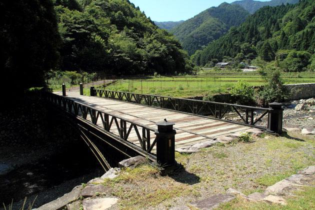 神子畑鋳鉄橋。現存する鋳鉄橋では日本最古。国の重要文化財に指定されている。