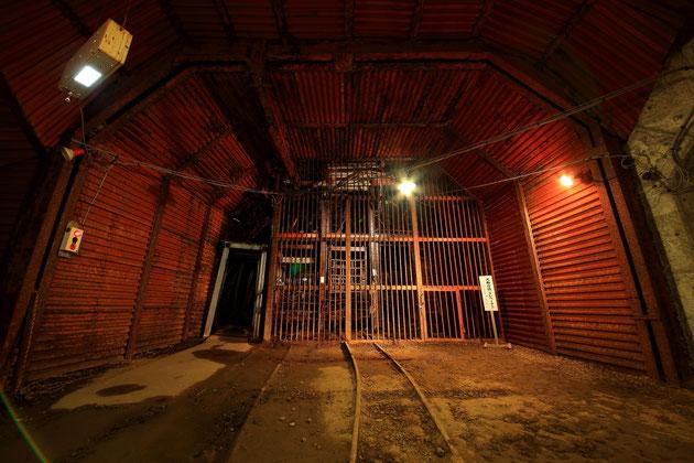 坑道では大寿竪坑のエレベーターも見ることができる。