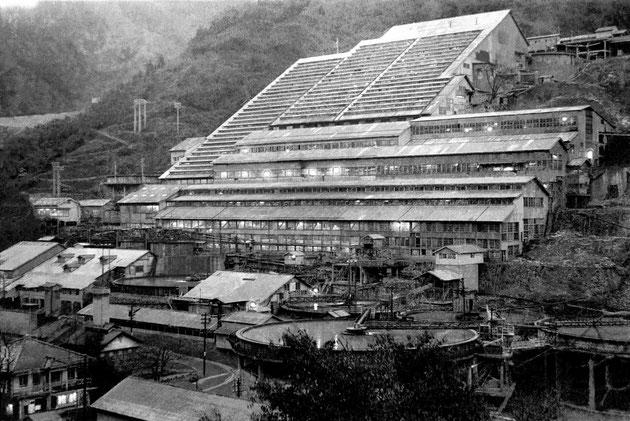 東洋一・不夜城などと称された、在りし日の神子畑選鉱場。神子畑在住のカメラマン中島一成氏が撮影。