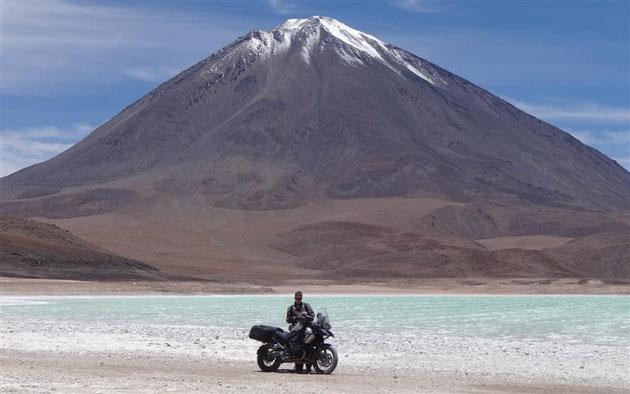 """das obligatorische """"Gipfelphoto"""", dahinter der Licancabur (auf der Rückseite liegt San Pedro)"""