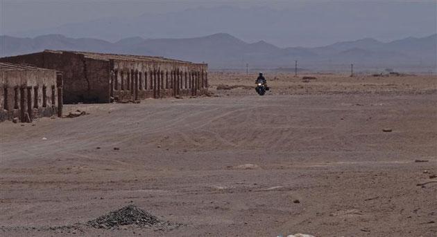 eine verlassene Siedlung für die Salpeterarbeiter an der Strecke nach Calama