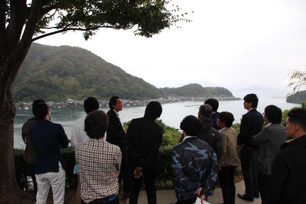 舟の収納庫の上に住居を構えた家々が並ぶ内湾は、伊根町だけにみられる独特の景観。初めて現地を訪れたゲストも思わず目を奪われる