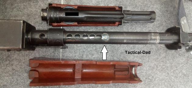 Hier seht Ihr die vom Handschutz verdeckten Bohrungen im Lauf der AK47. Die Züge sind deutlich zu erkennen. Der Pfeil zeigt auf einen weiteren verschweißten Stahlbolzen.