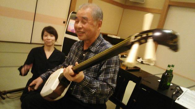 師匠(細川秋雄さん)と弟子、事務局の髙嶋波子(左)による子弟共演「はまぐり音頭」