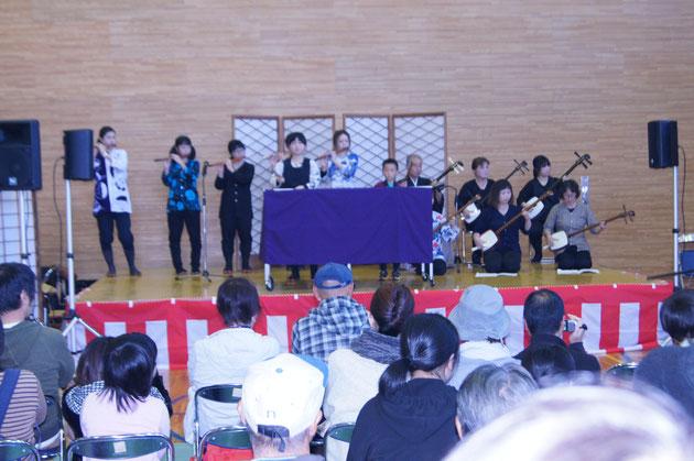 細川三弦会の皆さん  代表の細川秋雄さんは当センターの会員です。