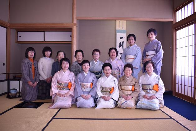 前列中央が代表の前田美穂子さん。書道の先生でもあります。