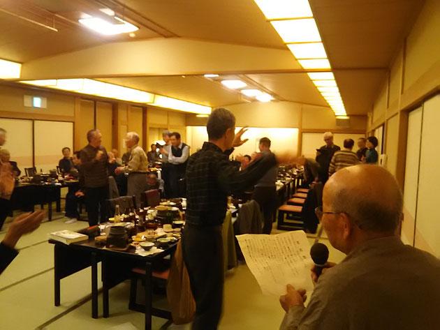 カラオケクラブ会長の疋島美代治さん(右)が唄う「はまぐり音頭」に合わせて皆で踊りました。