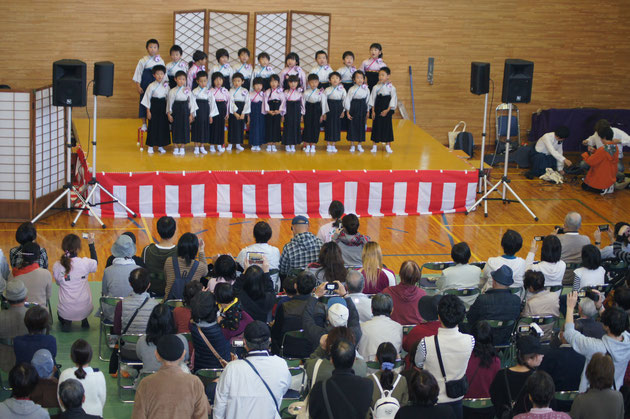こすもす保育園の可愛い園児の皆さんは、詩吟と歌を披露