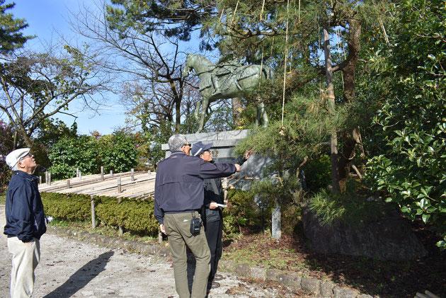 高岡古城公園、前田利長公の像の前で